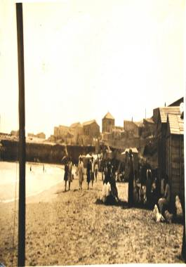 Ca. 1930 Vista de la playa de Levante de Cabo de Palos durante la temporada veraniega.